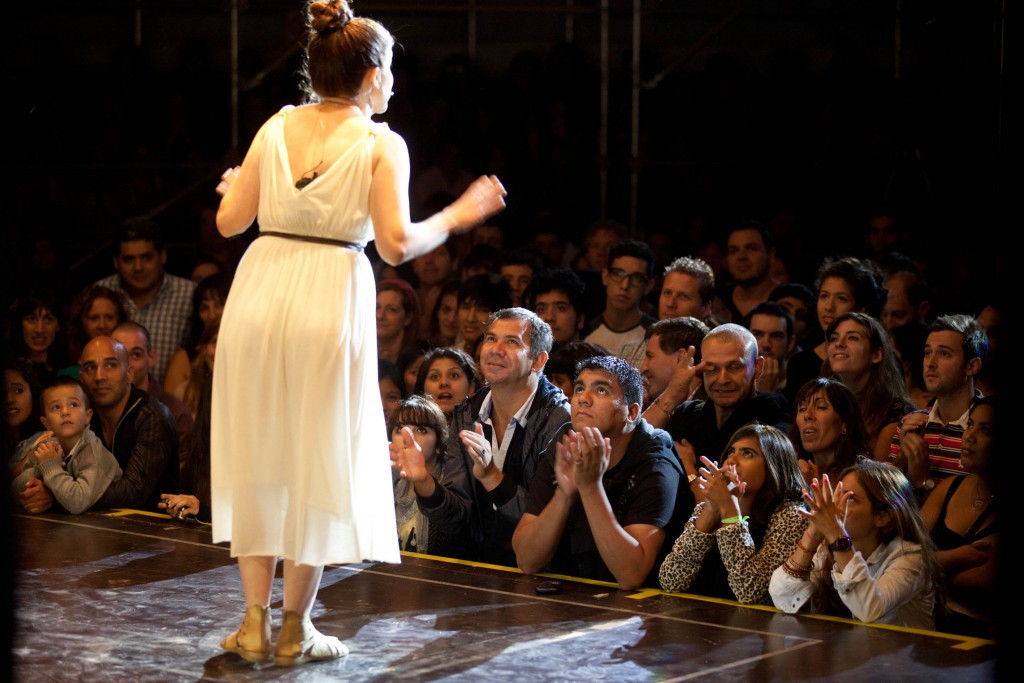 Performing for an audience. Image by Prosperoproducciones, licensed under CC BY-SA.